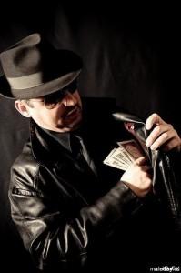 Мафиози кладёт во внутренний карман доллары