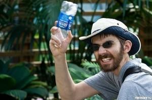 Бородатый мужчина с бутылкой воды