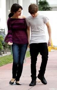 Девушка с парнем идут вместе