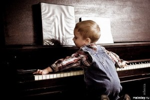 Ребёнок пытается играть на пианино