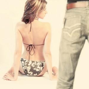 Женщина в купальнике и мужчина в джинсах