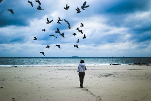 Женщина идёт по пляжу