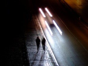 Два человека идут по ночной улице