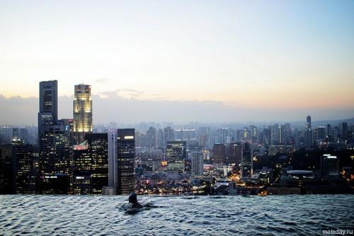 Бассейн в небоскрёбе в Сингапуре