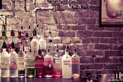 Бутылки водки в баре